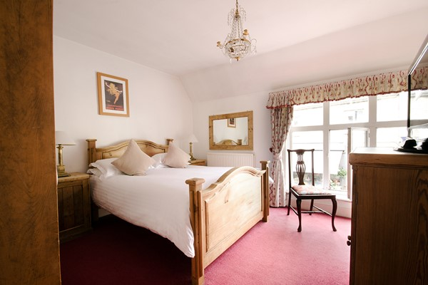 Overnight Luxury Escape with Dinner and Fizz at The White Hart Inn for Two